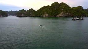 鸟瞰图在海湾的小船风帆通过在海岛上的灯塔 股票视频