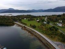 鸟瞰图在海湾附近的挪威村庄 免版税库存图片
