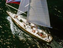 鸟瞰图在风帆下的12米风船 免版税库存图片