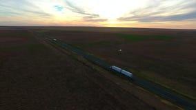 鸟瞰图在黄昏半拖车的高速公路路 股票视频