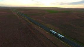 鸟瞰图在黄昏半拖车的高速公路路 影视素材