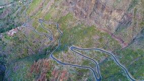 鸟瞰图在Masca峡谷附近的弯曲道路 股票录像
