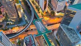 鸟瞰图城市道路被互换的和街市火车站,夜视图 库存图片