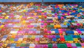鸟瞰图多个颜色跳蚤市场屋顶 免版税库存图片
