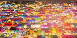 鸟瞰图多个颜色跳蚤市场 库存照片