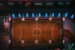 鸟瞰图夜间橄榄球法院 免版税库存照片