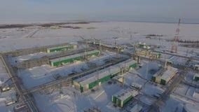 鸟瞰图大被雪包围住的气体和炼油厂厂 股票录像