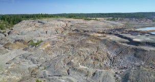 鸟瞰图天生放弃了粘土矿坑被恢复的生态系 股票视频