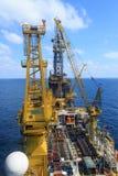 鸟瞰图嫩钻抽油装置(驳船抽油装置) 免版税库存照片