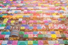 鸟瞰图屋顶上面市场多个五颜六色的帐篷 免版税库存图片