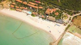 鸟瞰图平房和游泳池在海靠岸 在热带海岛和绿色山上的寄生虫视图含沙beac 影视素材