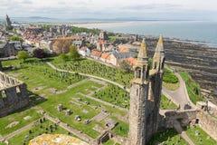鸟瞰图废墟和圣安德鲁斯,苏格兰坟园大教堂  库存图片