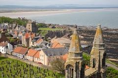 鸟瞰图废墟和圣安德鲁斯,苏格兰坟园大教堂  库存照片