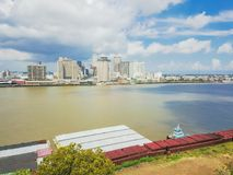鸟瞰图推挤驳船的新奥尔良街市和拖轮 免版税库存照片