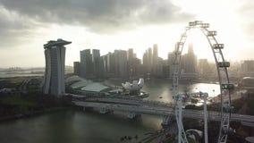 鸟瞰图新加坡小游艇船坞海湾、过山车好久和摩天大楼 影视素材