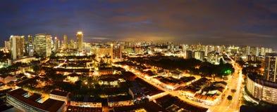 鸟瞰图新加坡,在黄昏的小游艇船坞海湾 免版税图库摄影