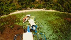 鸟瞰图日落和Atwayan靠岸与岩石和小船 旅行的游览在亚洲:巴拉望岛,菲律宾 Fisheye视图 库存照片