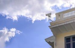 鸟瞰图显示器旅行地方的安全监控相机在城市 免版税库存照片