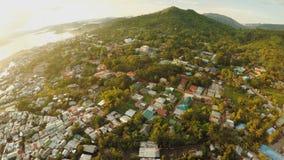 鸟瞰图有贫民窟和恶劣的区的Coron市 巴拉望岛 Busuanga海岛 晚上时间和日落 Fisheye视图 股票视频