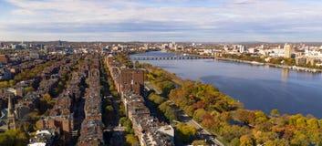 鸟瞰图朝南的波士顿桥梁查理斯河剑桥大量 免版税图库摄影
