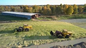 鸟瞰图机器在坑猛撞的筒仓运转在农场 股票录像
