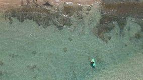 鸟瞰图波浪在白色沙子海滩打破 影视素材