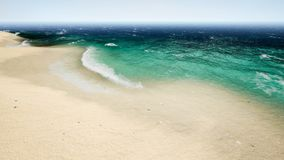 鸟瞰图波浪在美丽的沙子海滩打破 4K 影视素材