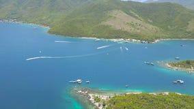 鸟瞰图海在海湾的船航行在绿色海岛风景 帆船和帆伞运动在蓝色海盐水湖 股票视频