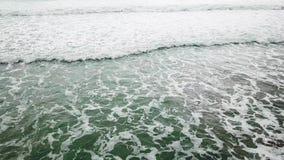 鸟瞰图海蓝色和绿色波浪在白色沙子海滩打破 海在美丽的海滩鸟瞰图寄生虫4k挥动 股票录像