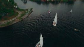 鸟瞰图游艇航行 赛船会游艇俱乐部航行 因为背景是蓝色的小船小船可能棍打浮动旅馆图象略写法海洋红色风船航行风帆被传统化的使用的通知游艇黄色的黑暗的等标志 UHD 影视素材