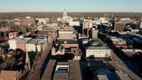 鸟瞰图滑在大厦和街市斯普林菲尔德伊利诺伊 股票录像