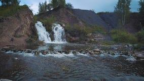 鸟瞰图瀑布 美丽的小旅游瀑布 落瀑布的一个小湖 股票视频