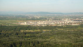 鸟瞰图炼油厂或燃料库在一条河旁边有一个主要城市的在背景中 股票录像