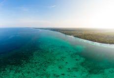 鸟瞰图热带海滩海岛礁石加勒比海 印度尼西亚摩鹿加群岛群岛,Kei海岛,班达海 顶面旅行 图库摄影