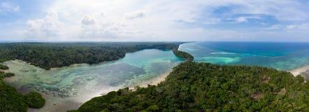 鸟瞰图热带海滩海岛礁石加勒比海 印度尼西亚摩鹿加群岛群岛,Kei海岛,班达海 顶面旅行 库存照片