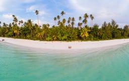 鸟瞰图热带海滩海岛礁石加勒比海 印度尼西亚摩鹿加群岛群岛,Kei海岛,班达海 顶面旅行 免版税库存图片