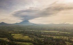 鸟瞰图爆发火山阿贡在巴厘岛2017年 免版税库存照片
