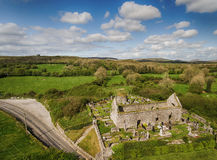 鸟瞰图爱尔兰教会和坟园的美丽的老废墟 免版税库存图片