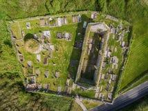 鸟瞰图爱尔兰教会和坟园的美丽的老废墟 图库摄影