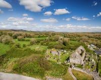 鸟瞰图爱尔兰教会和坟园的美丽的老废墟 库存图片