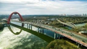 鸟瞰图现代缆绳被停留的Zhivopisny桥梁,莫斯科 库存图片