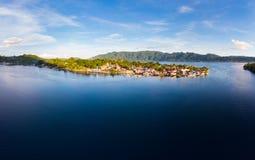 鸟瞰图班达群岛摩鹿加群岛群岛印度尼西亚,Bandaneira村庄马鲁古省 免版税库存图片