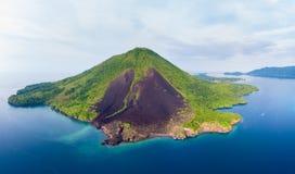 鸟瞰图班达群岛摩鹿加群岛群岛印度尼西亚,Pulau Gunung Api,熔岩流,珊瑚礁白色沙滩 顶面旅行 库存图片