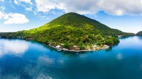鸟瞰图班达群岛摩鹿加群岛群岛印度尼西亚,Pulau Gunung Api,熔岩流,珊瑚礁白色沙滩 顶面旅行 免版税库存图片
