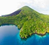 鸟瞰图班达群岛摩鹿加群岛群岛印度尼西亚,Pulau Gunung Api,熔岩流,珊瑚礁白色沙滩 顶面旅行 免版税库存照片