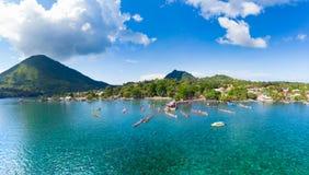 鸟瞰图班达群岛摩鹿加群岛群岛印度尼西亚,Pulau Gunung Api,Bandaneira村庄,珊瑚礁加勒比海 kora 免版税库存图片