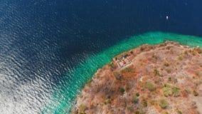 鸟瞰图用绿松石海洋水在热带海岛 股票视频