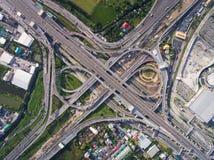 从鸟瞰图的繁忙的高速公路连接点 库存图片