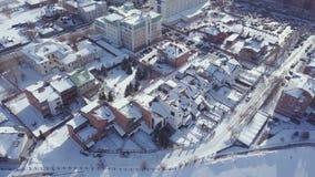 鸟瞰图积雪的城市在冬天 股票录像