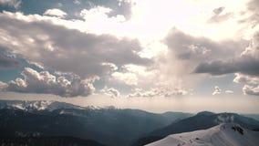 鸟瞰图积雪的山 旅行概念和寒假在白色多雪的山 股票视频